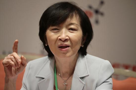 """香港行政会议成员抨击抗议者:在地铁站跪地哭泣是""""演戏"""""""