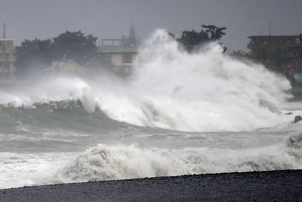 台风 法茜 给日本中部带来大风大浪