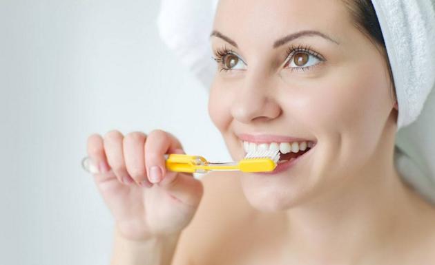 """如果你也是这样刷牙,那你可能只是一直在做""""表面功夫"""""""