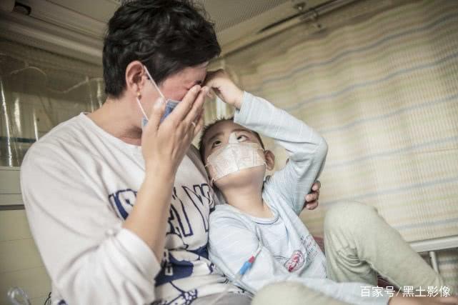 """6岁男童惨遭毛霉菌""""吃""""掉鼻子,母亲:很多人说他像小怪物"""