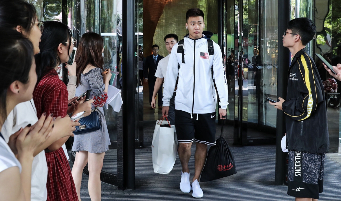 赵睿穿美国队外套引发球迷网友热议:是否有些不合时宜