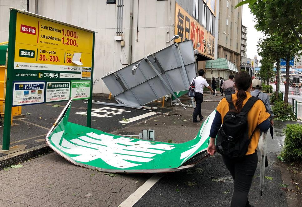"""台风""""法茜""""肆虐日本"""