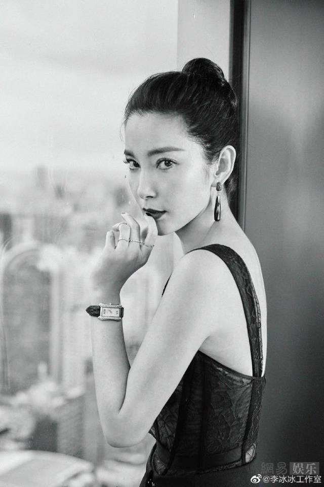 [环球网]李冰冰拍写真气场强大 穿蕾丝黑装帅气妩媚