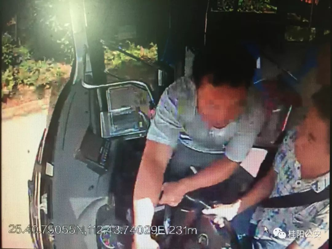 湖南桂阳一男子因2块钱车费两次抢夺公交方向盘,被刑拘