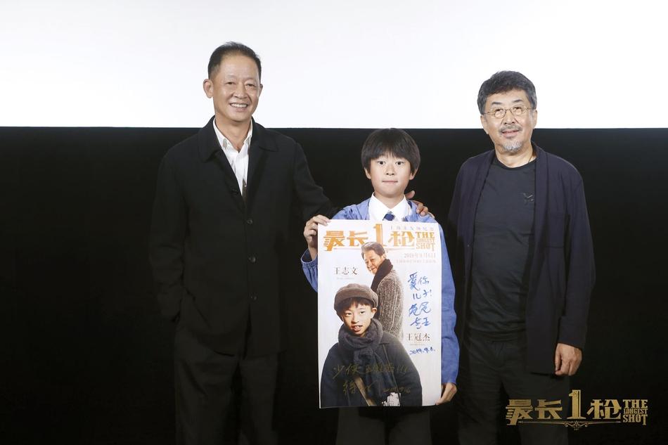 王志文和11岁儿子出席活动,发际线后退头发稀疏看着像爷爷
