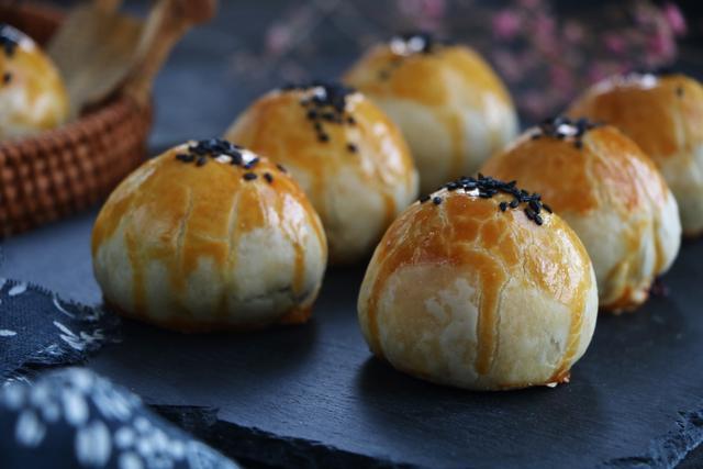 [中秋节月饼别再买了,学会蛋黄酥这个做法,送人倍儿有面子!]月饼蛋黄