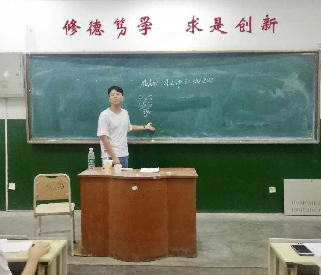 7号选手王绍淞在模拟上课环节中,运用在黑板上画出狮子、老虎等简笔画动物的方法辅助教学并进行课堂提问、赢得观众的关注、将现场气氛推向高潮.