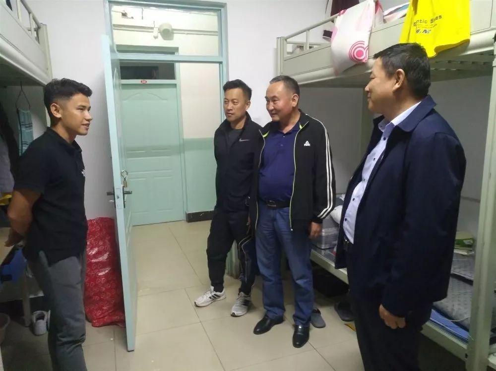 学校党委书记柴林深入学生公寓看望新生