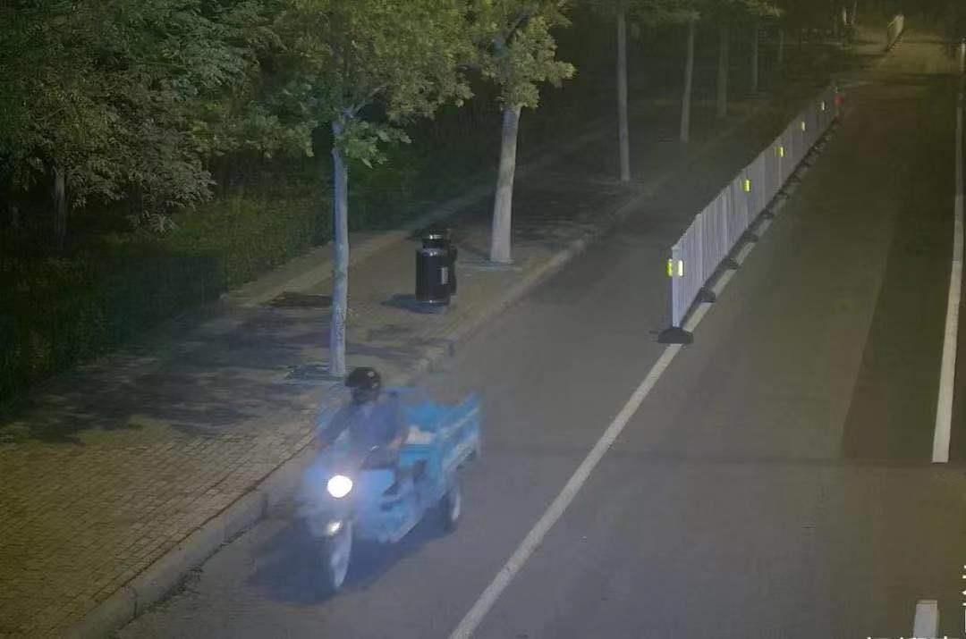 """男子""""掩面""""偷电缆 电力抢修花上万"""
