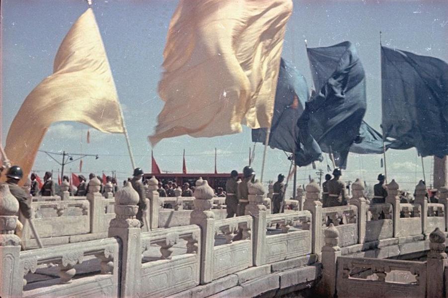 1949年开国大典时广场上的盛况 欢庆群众久久不愿离去