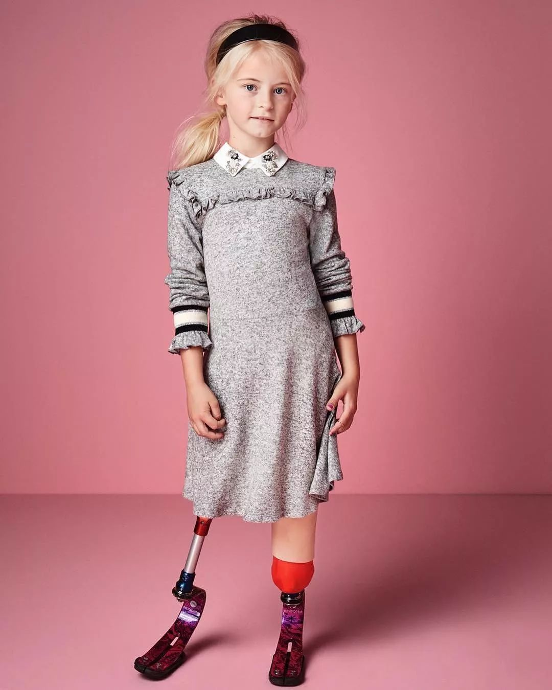 第一位在纽约时装周上走秀的双腿截肢儿童