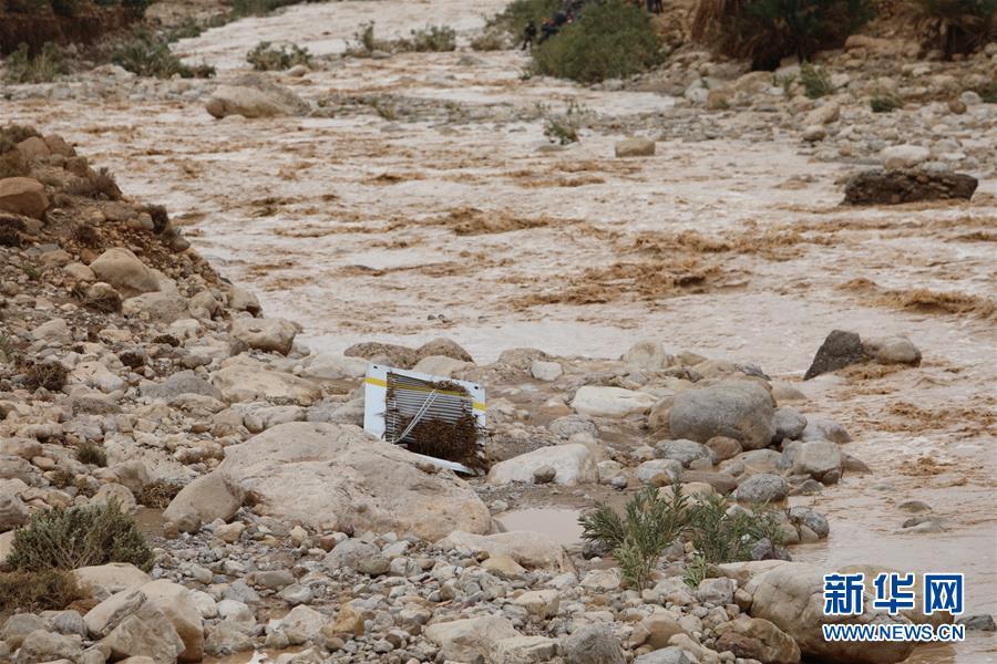 摩洛哥一客车被洪水冲走 至少17人死亡(组图)