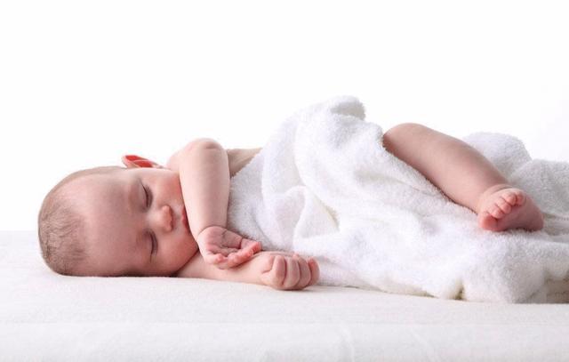 【宝宝还不会翻身,4个训练技巧,改善宝宝翻身问题】 训练翻身