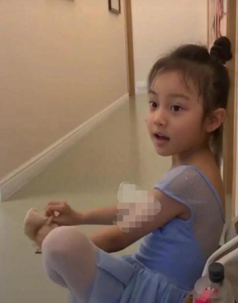 7岁甜馨丑娃娃变小公主颜值敢超李小璐!小腿精比例太优越
