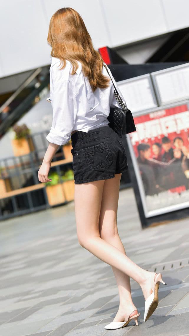 街拍美女:吊带短裤搭配白衬衫,清爽有型,尽显气质女神的简单美插图(2)