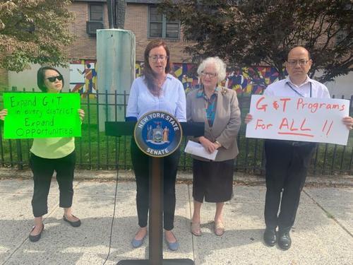 让学生族裔更多元化 纽约州议员反对取消资优班