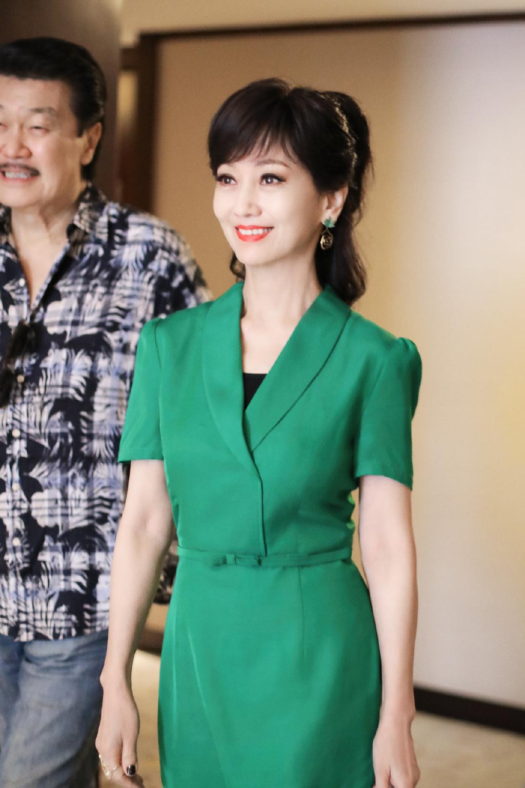 赵雅芝私服清新不装嫩,绿裙搭配高马尾好清纯,又成50后穿衣典范