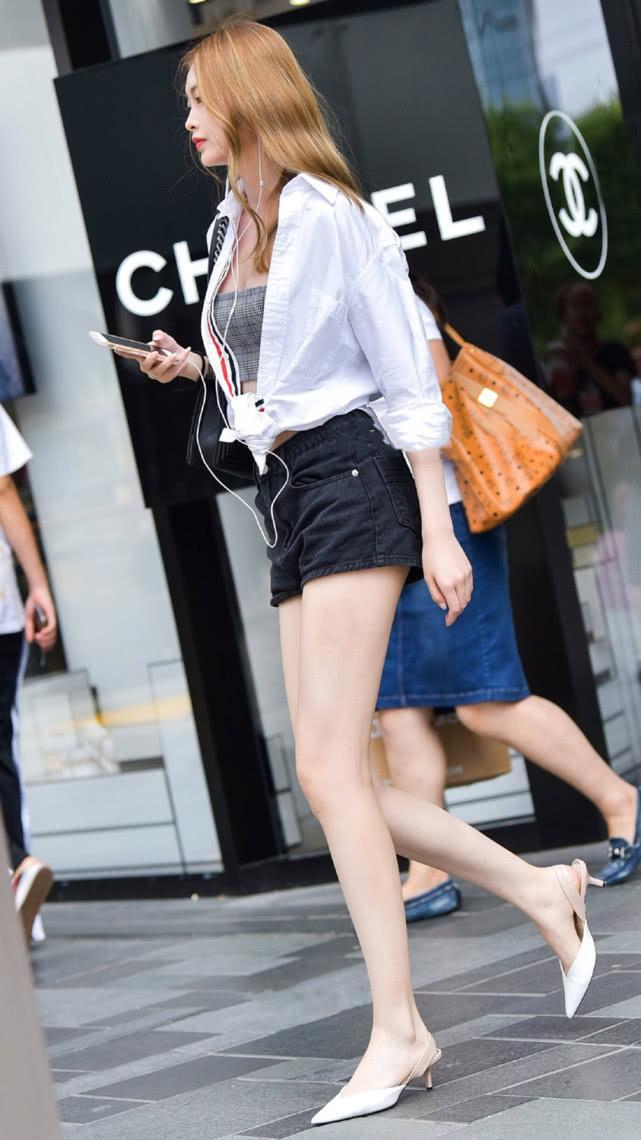 街拍美女:吊带短裤搭配白衬衫,清爽有型,尽显气质女神的简单美插图