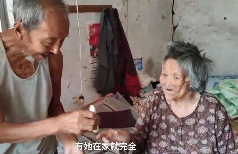 【九旬老兵照顾病妻12年:不给孩子添麻烦,老伴儿在家才完全】照顾病妻