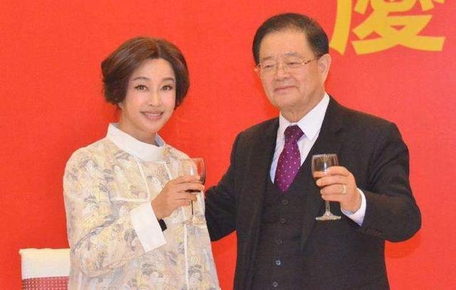 62岁刘晓庆与75岁老公近照曝光,丈夫追刘晓庆30年至今喊女神