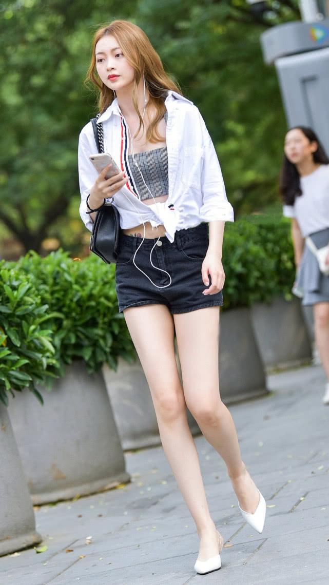 街拍美女:吊带短裤搭配白衬衫,清爽有型,尽显气质女神的简单美插图(4)