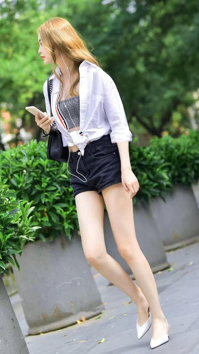 街拍美女:吊带短裤搭配白衬衫,清爽有型,尽显气质女神的简单美插图(3)