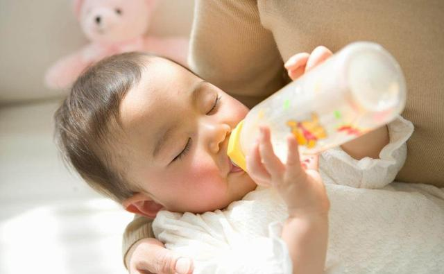 寶寶出生9天了,眼楮一直沒睜開?體檢之後寶媽笑得肚子疼
