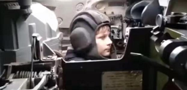 美军国防教育再出新套路:百万粉丝网红上航母随便拍!
