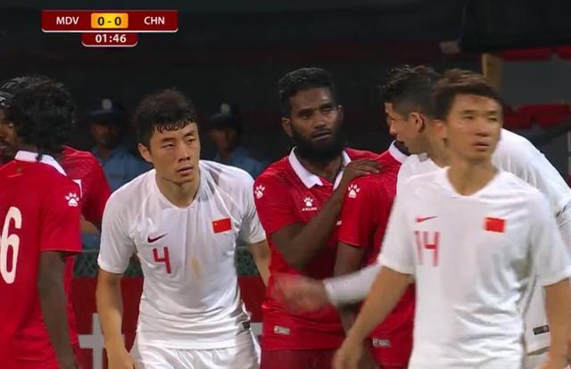 国足尴尬1幕:31岁前锋门前2米把必进球踢飞,起