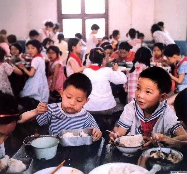 37年前日本摄影师的偷拍里,藏着中国人最真实的童年,看哭了多少人