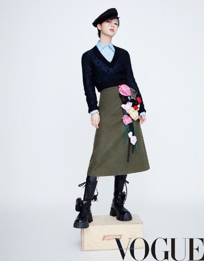 杨紫最新摩登杂志照曝光刘海遮眼大衣西装针织衫造型多变