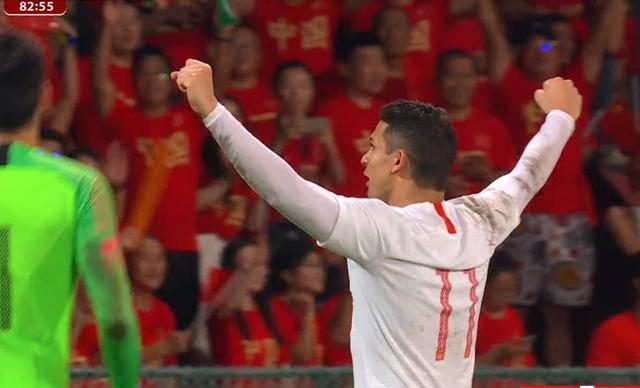 艾克森进球后1幕令人动容:在千名国足球迷面前紧握双拳怒吼