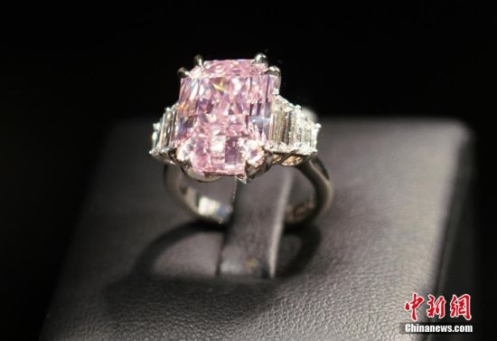 香港苏富比将拍卖罕见紫粉色钻石戒指 估价2亿港元
