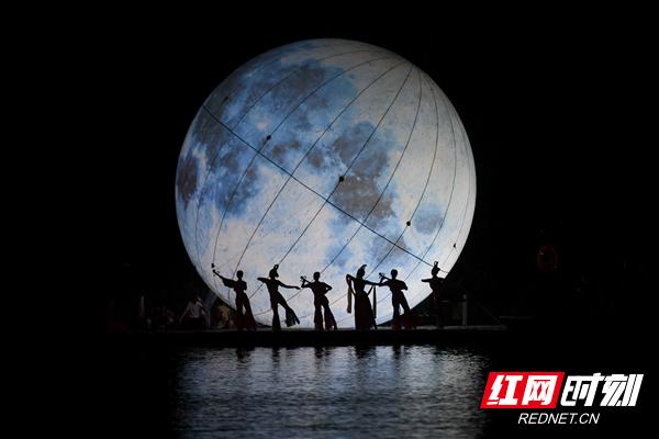 """<b>""""超级大月亮""""重现长沙石燕湖 赏月观剧体验很别致</b>"""