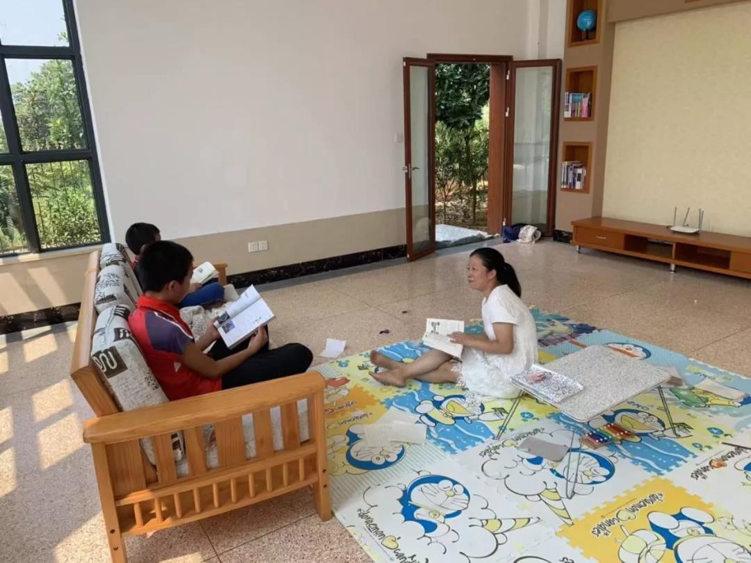 """女硕士带3个儿子回农村读书,称""""相夫教子是最好的职业"""""""