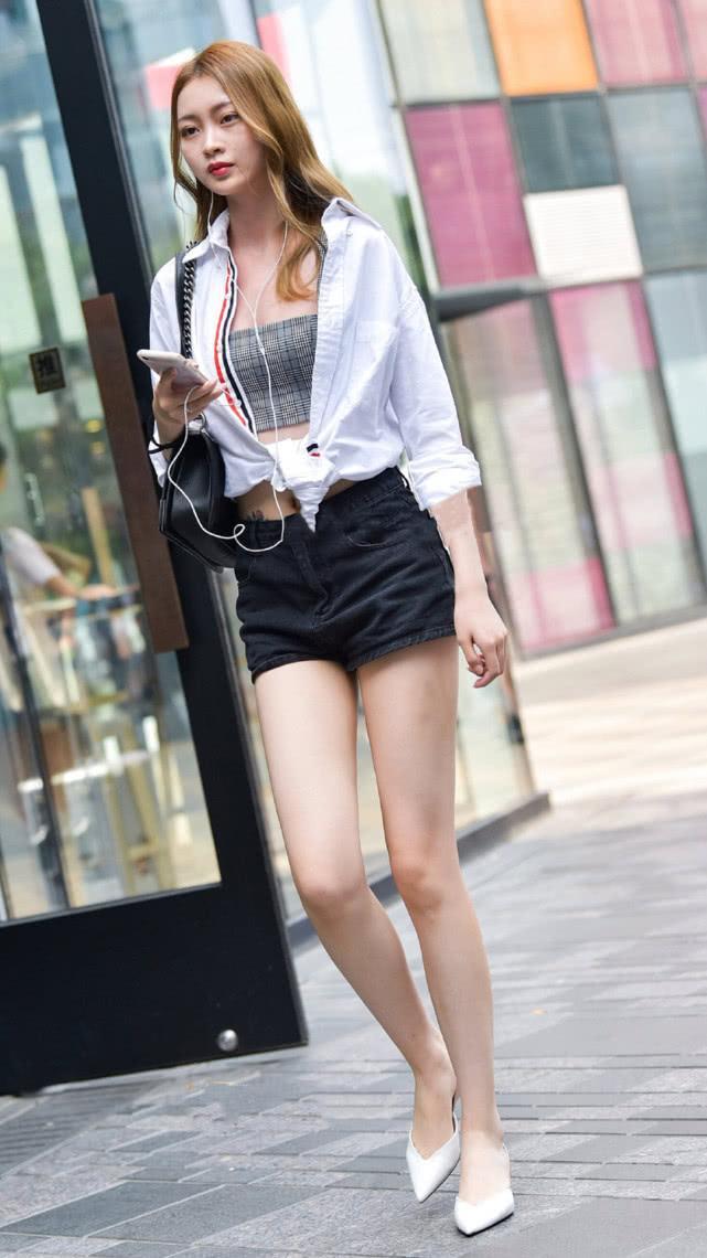 街拍美女:吊带短裤搭配白衬衫,清爽有型,尽显气质女神的简单美插图(1)