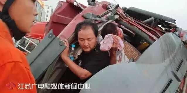 """3车相撞8车受损!事故现场,他用身体""""扛""""住受伤司机90分钟!"""