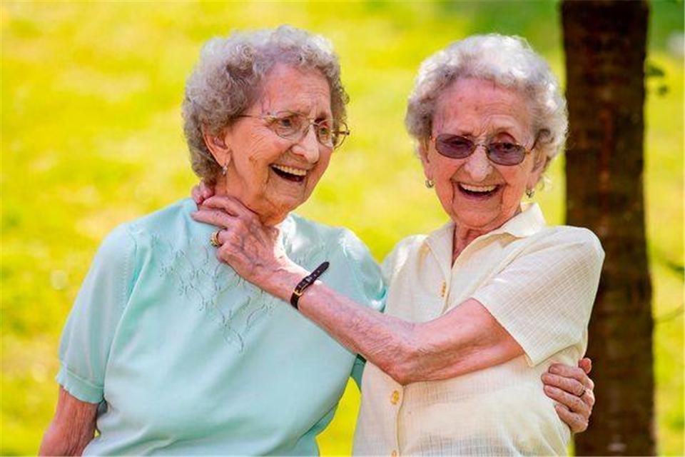 原创 英国最年长同卵双胞胎,95岁成网红,她们的幽默不能不见识一下