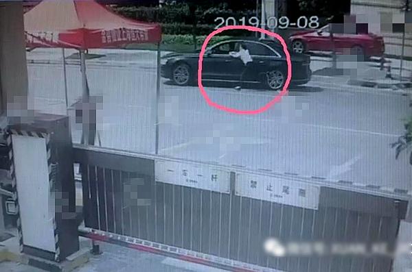 <b>2元停车费起争执!上海松江一女收费员被奥迪车拖拽数米摔倒在地</b>