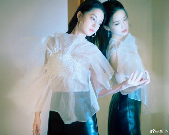李沁着薄纱短衫露纤细腰线显性感对镜摆pose气质温婉