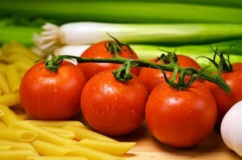 赶紧告诉家里人,这样的西红柿千万别吃,后果很严重!