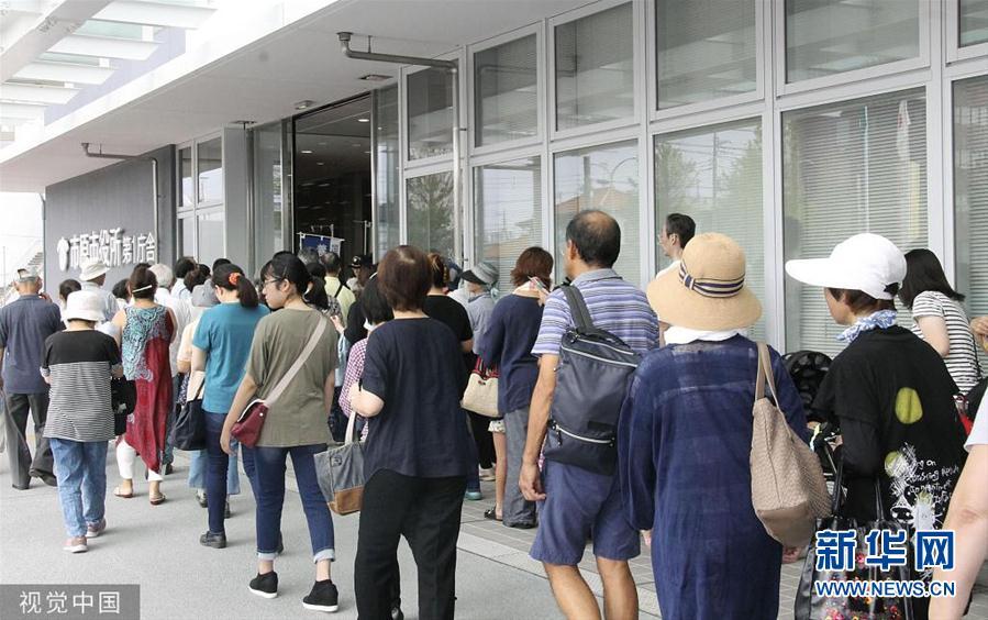 台风致日本大规模停电 居民排队领生活物资