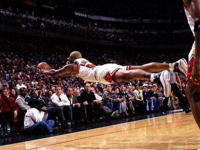 NBA5大违反常理瞬间:乔丹无视重力空中拉杆,纳什独创后躺跳投