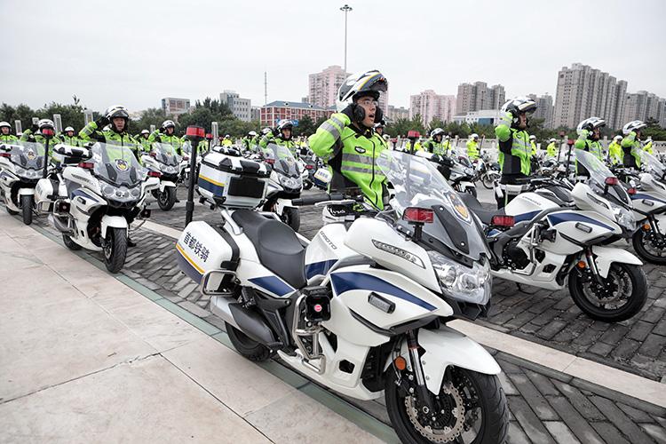 """北京首批185名""""铁骑交警""""上路执勤"""