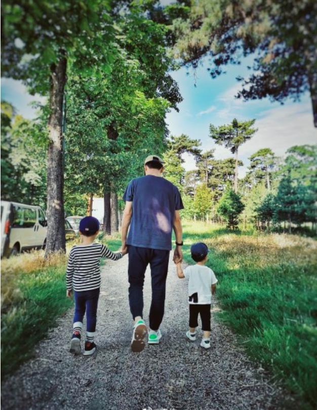 靳东老婆晒父子3人牵手照,2岁弟弟身高快到爸爸腰,鞋子亮了 作者: 来源:猫眼娱乐V