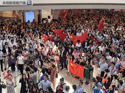 """香港市民快閃齊唱國歌 """"我愛中國!我愛香港!"""""""