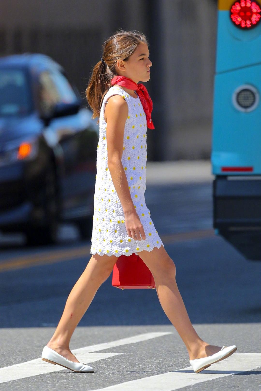 阿汤哥13岁女儿小苏瑞出街,短裙配红丝巾法式小清新,长相太像妈