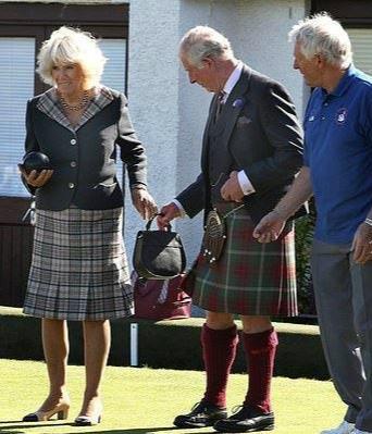 查尔斯穿格纹裙出访,与72岁卡米拉穿情侣装,她满脸皱纹年老色衰