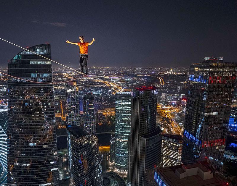 惊心动魄!极限运动员在莫斯科350米高空走软绳破纪录