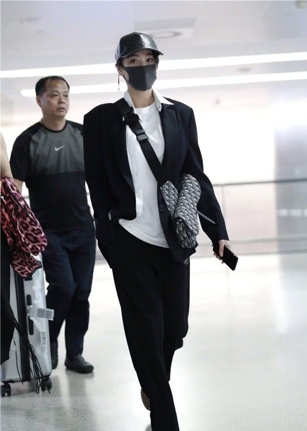 张馨予军嫂打扮现身机场,帅气西服很养眼,给老公何捷赚足面子